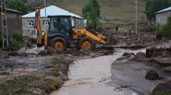 Sağanak yağış Patnos'un köylerine zarar verdi