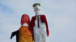 Patnos'ta 5 metrelik dev kardan gelin ve damat ilgi odağı oldu