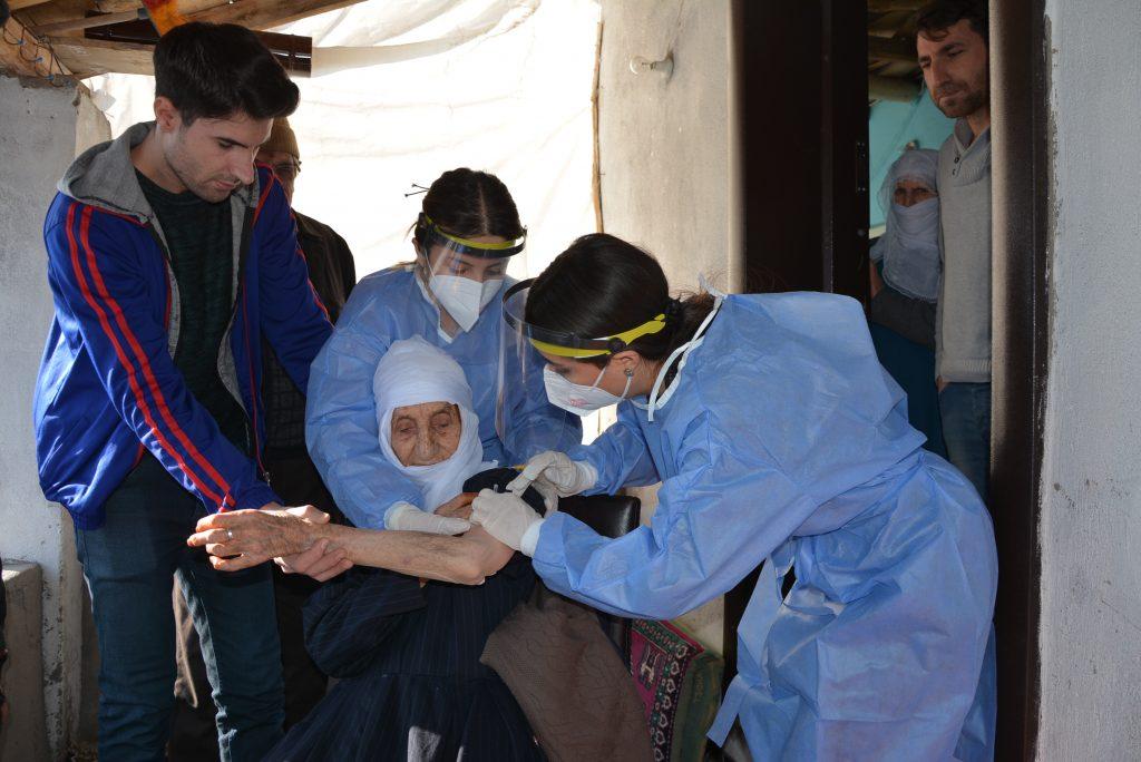 Sağlık çalışanları zor şartlarda vatandaşlara Kovid-19 aşısı ulaştırıyor
