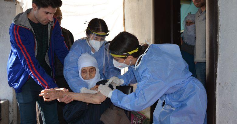 Patnos'ta sağlık çalışanları kar ve çamur demeden aşı çalışmalarını sürdürüyor